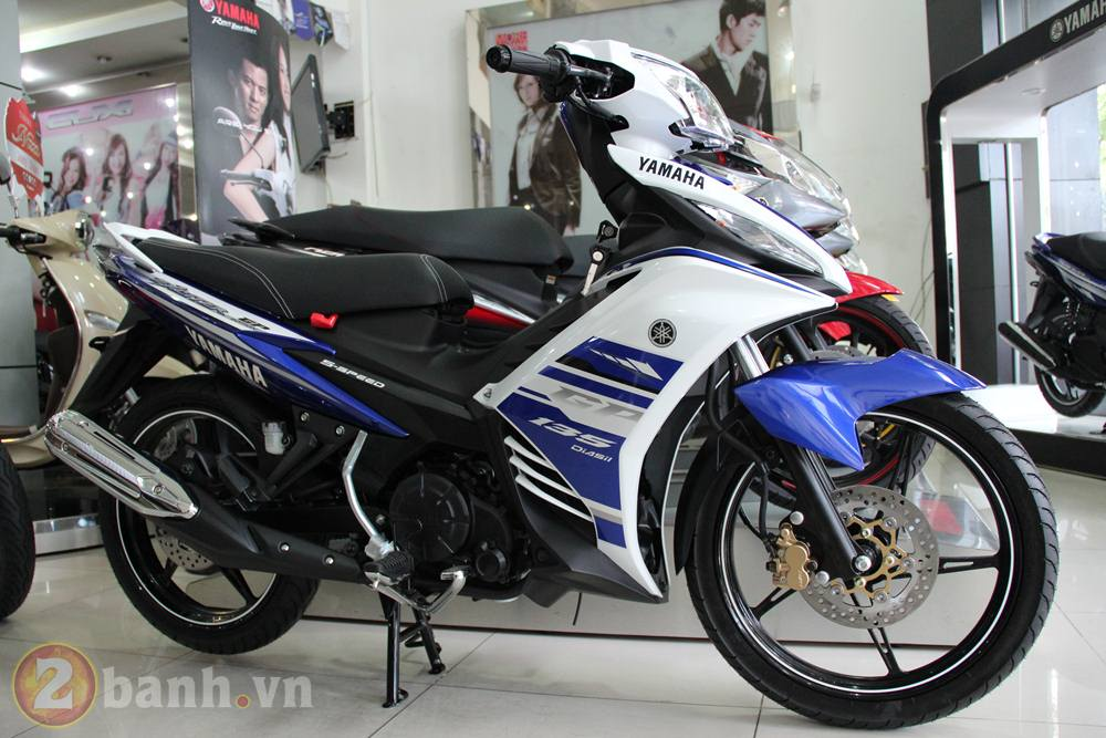 Cung 2banh vao showroom xem thu Exciter GP 2013
