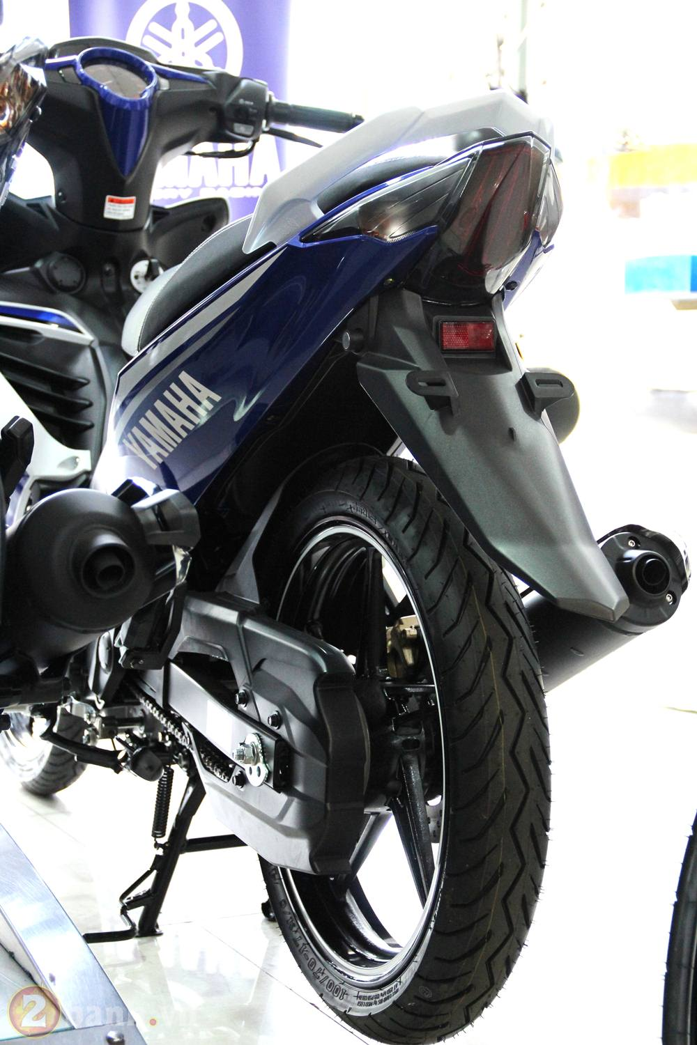 Cung 2banh vao showroom xem thu Exciter GP 2013 - 16