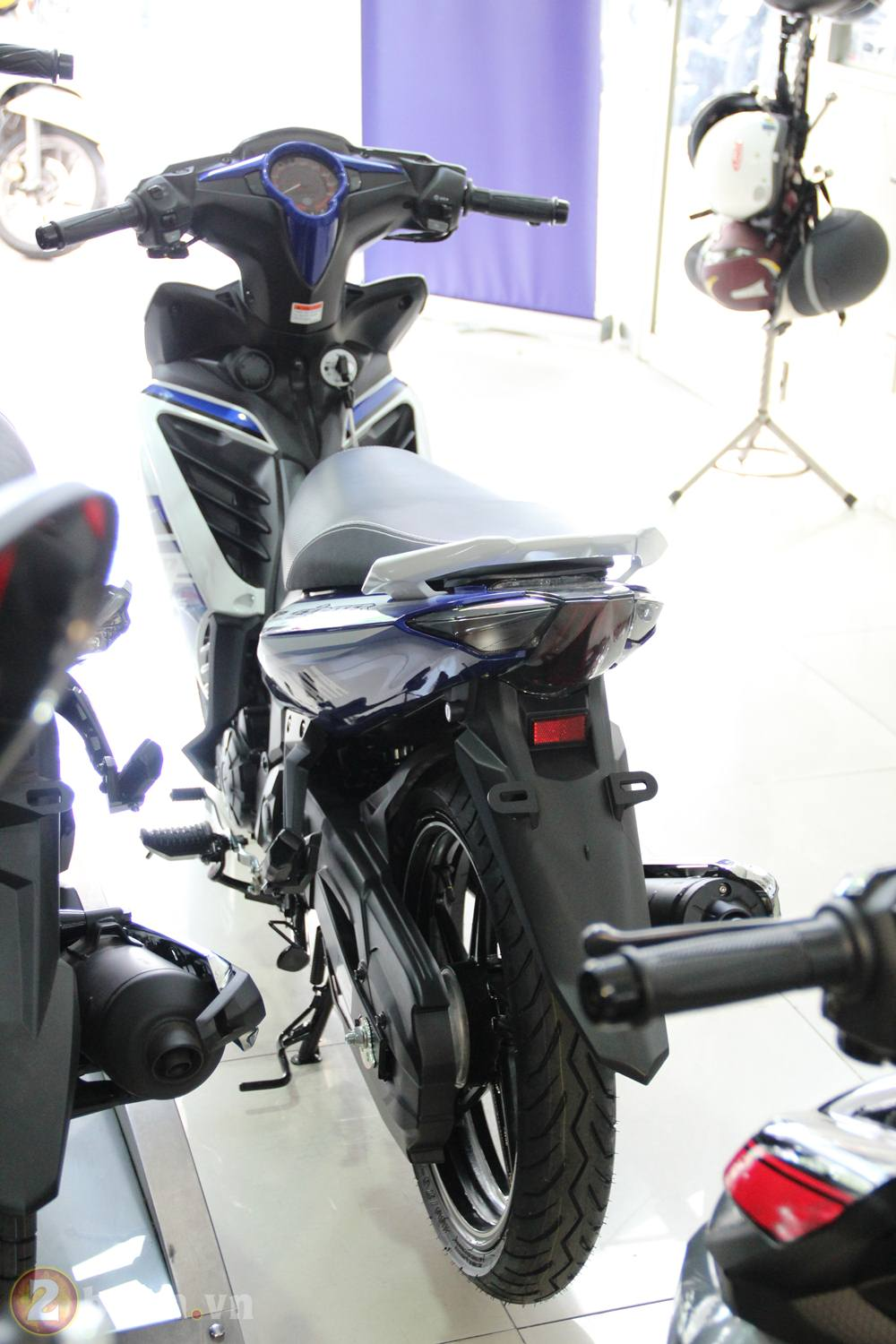 Cung 2banh vao showroom xem thu Exciter GP 2013 - 2