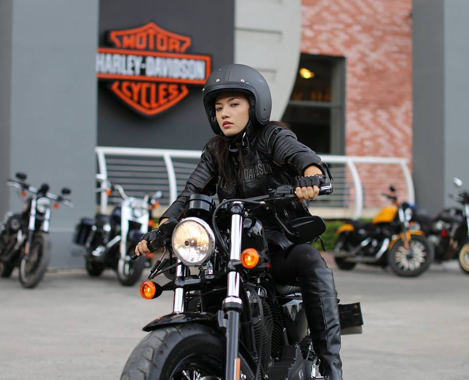 Ca si Tina Tinh chay HarleyDavidson Sportster FortyEight