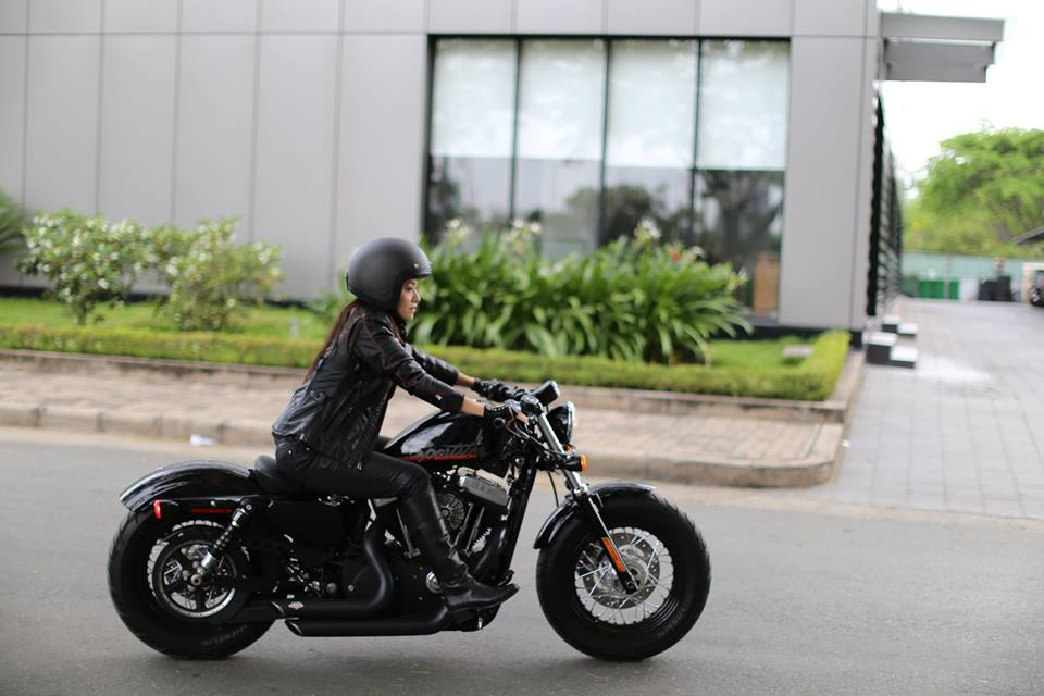 Ca si Tina Tinh chay HarleyDavidson Sportster FortyEight - 2