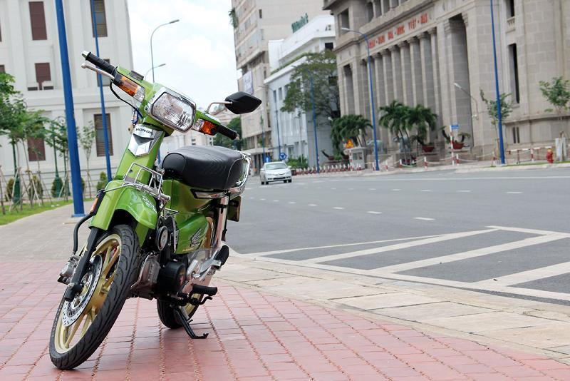 Honda Dream do dep giua pho Sai Gon