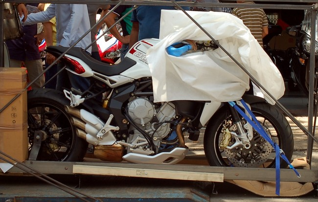 Can canh MV Agusta Brutale 800 Dragster vua nhap ve Viet Nam - 2