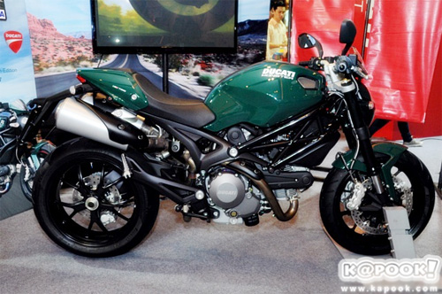 Ducati Monster 796 mau xanh doc la tai Thai Lan