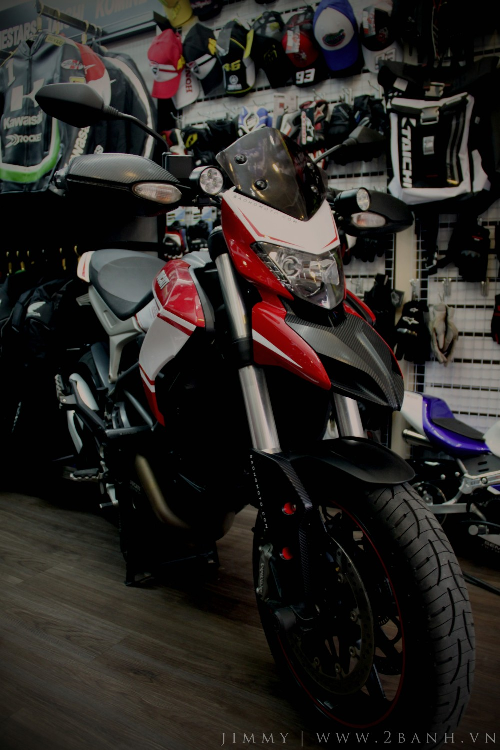 Ducati Hyperstrada lung linh khoe sac