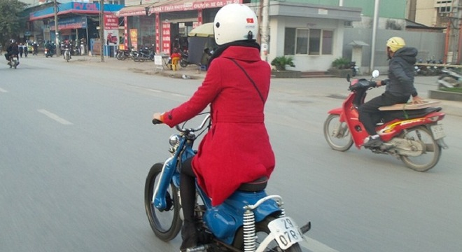 Co gai cuoi Honda Cub do Bobber cuc doc gay chu y tren pho Ha Noi
