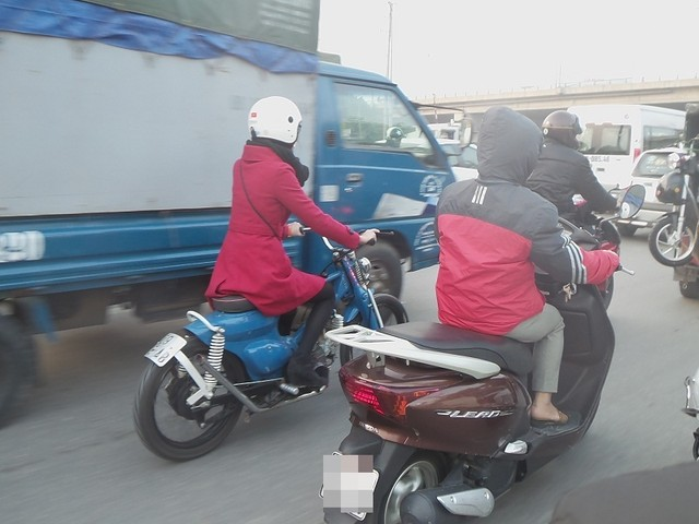 Co gai cuoi Honda Cub do Bobber cuc doc gay chu y tren pho Ha Noi - 2