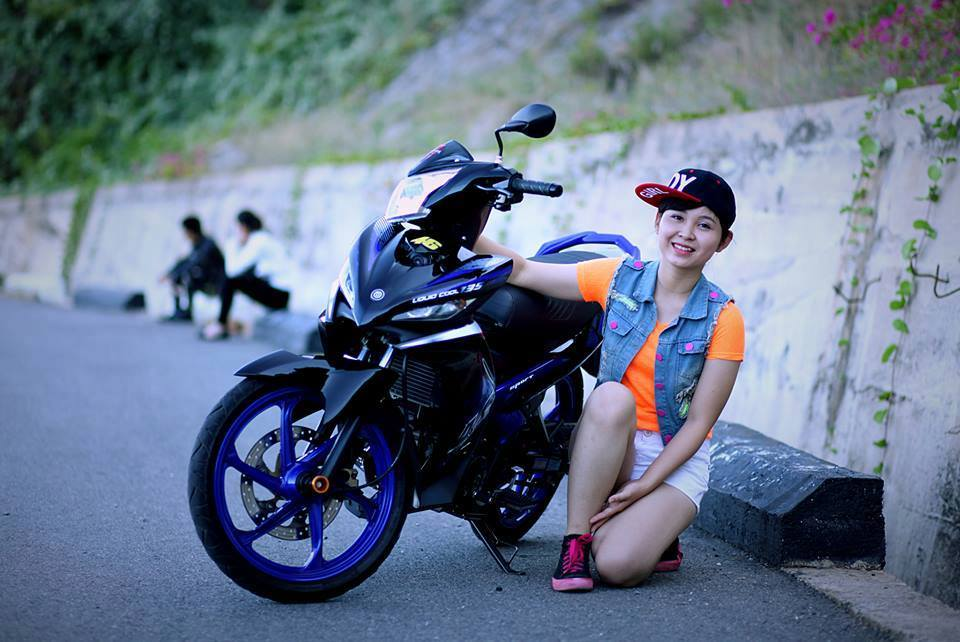 Anh cac co gai tao dang cung Exciter chat Ve Lo - 2
