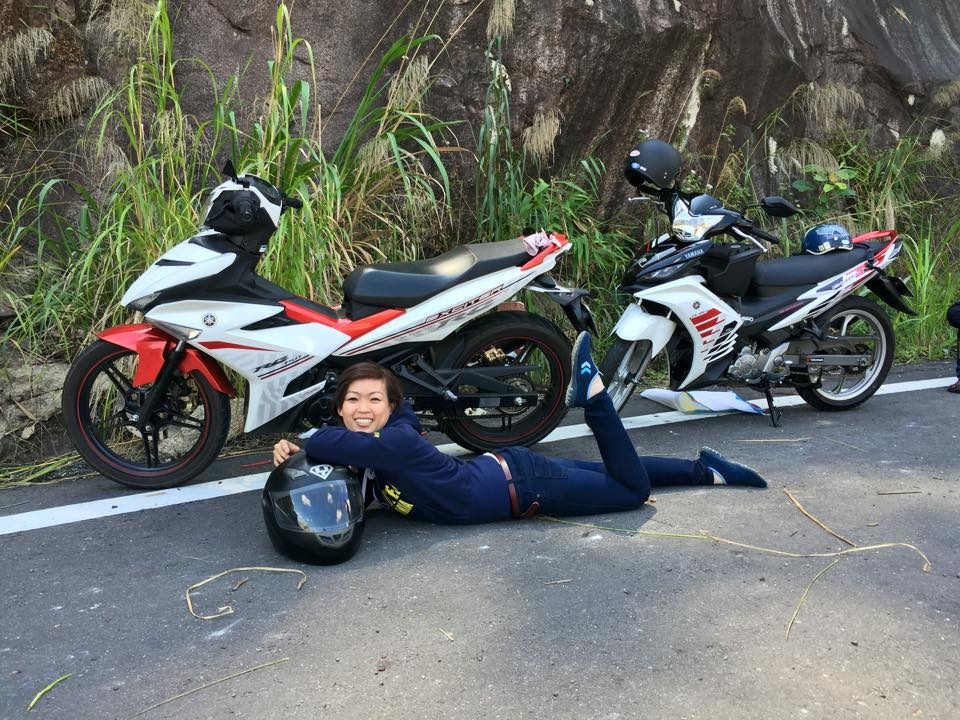 Anh cac co gai tao dang cung Exciter chat Ve Lo - 5