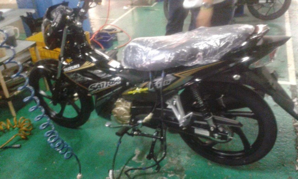 Can canh Satria F115 trong day chuyen lap rap - 2