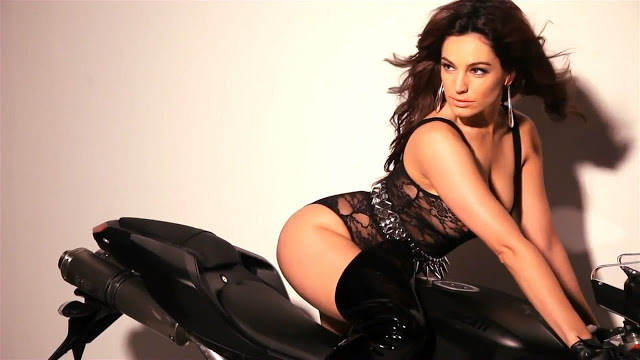 Kelly Brook tao dang sexy day boc lua ben chiec xe mo to - 6