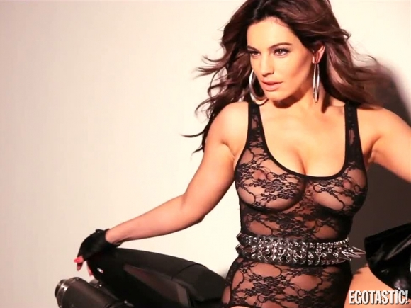 Kelly Brook tao dang sexy day boc lua ben chiec xe mo to - 8