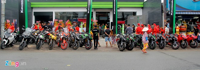 Hang chuc moto hoi tu ve showroom Kawasaki