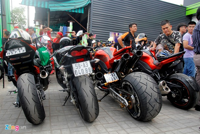 Hang chuc moto hoi tu ve showroom Kawasaki - 3