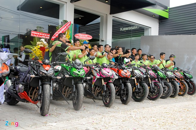 Hang chuc moto hoi tu ve showroom Kawasaki - 5