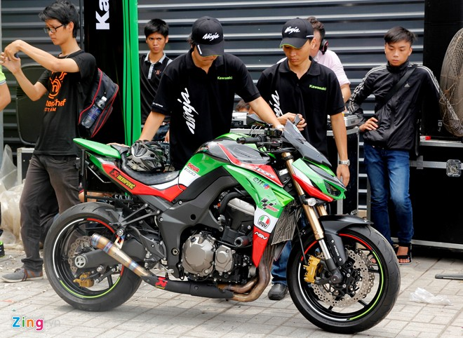 Hang chuc moto hoi tu ve showroom Kawasaki - 7