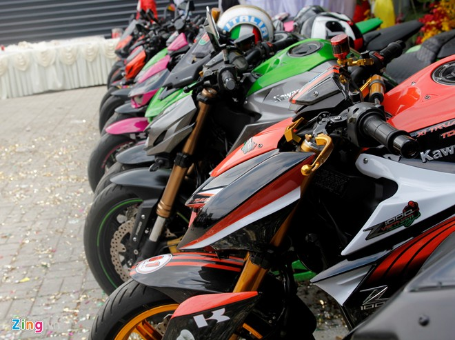 Hang chuc moto hoi tu ve showroom Kawasaki - 8