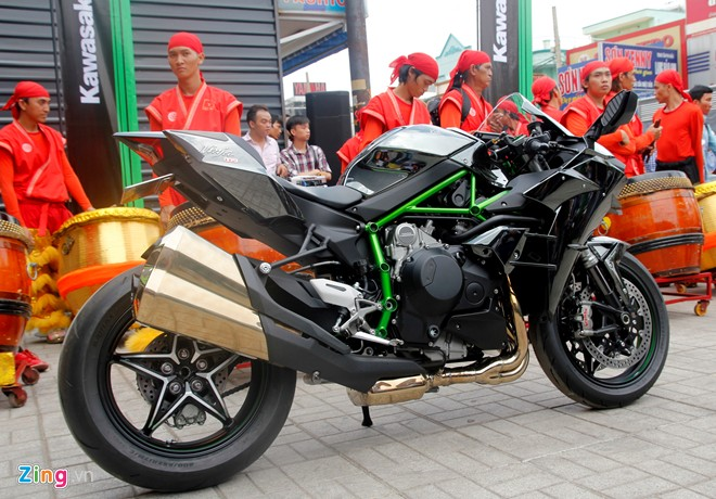 Hang chuc moto hoi tu ve showroom Kawasaki - 10