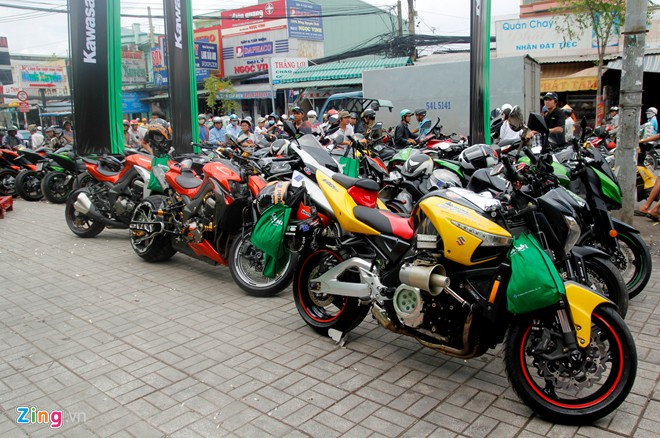 Hang chuc moto hoi tu ve showroom Kawasaki - 13