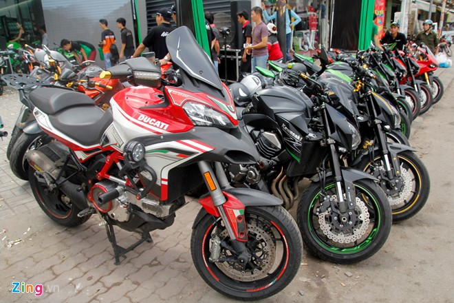 Hang chuc moto hoi tu ve showroom Kawasaki - 14