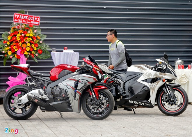Hang chuc moto hoi tu ve showroom Kawasaki - 15