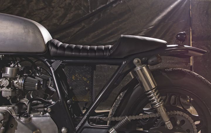 Honda CB750 day chat thep voi phong cach Cafe Racer - 4