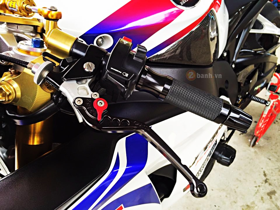 Honda CBR1000RR do noi bat voi hang loat do choi dat gia - 4