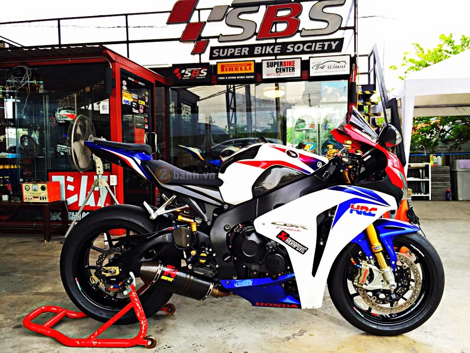 Honda CBR1000RR do noi bat voi hang loat do choi dat gia - 11
