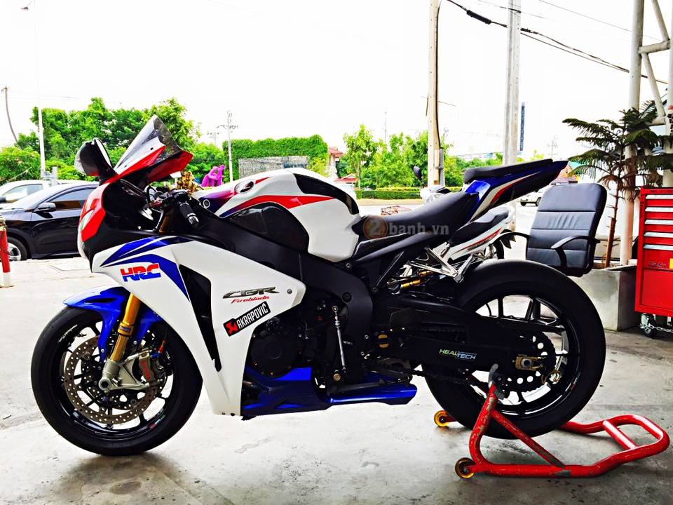 Honda CBR1000RR do noi bat voi hang loat do choi dat gia