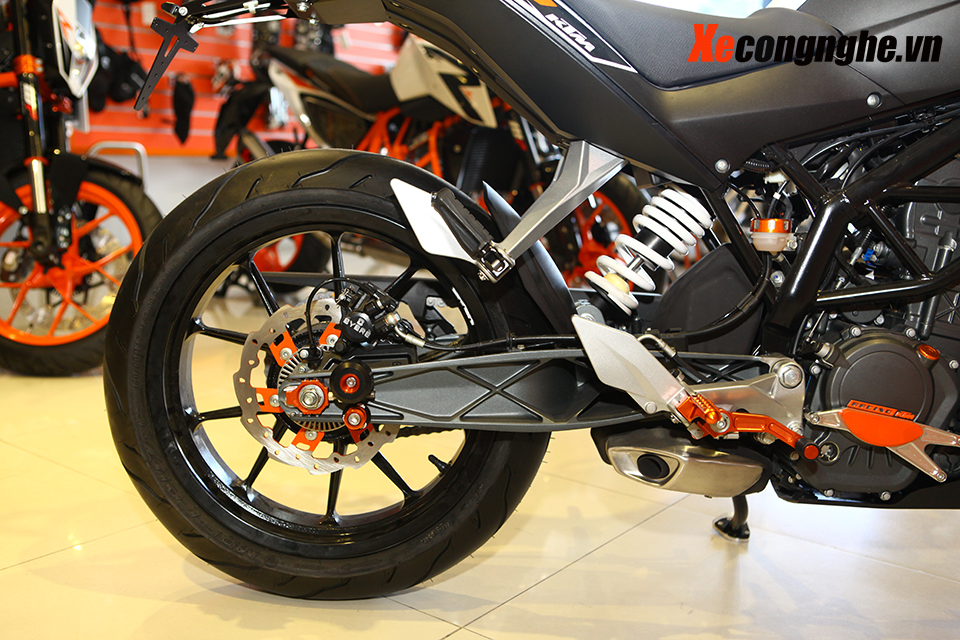 Can canh KTM Duke 200 ban 2015 moi ve Viet Nam - 10