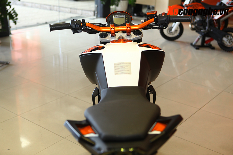 Can canh KTM Duke 200 ban 2015 moi ve Viet Nam - 12