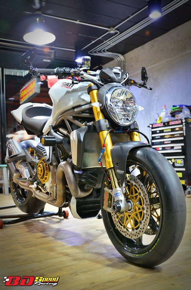 Ducati Monster 1200 do sieu khung voi dan do choi hang hieu