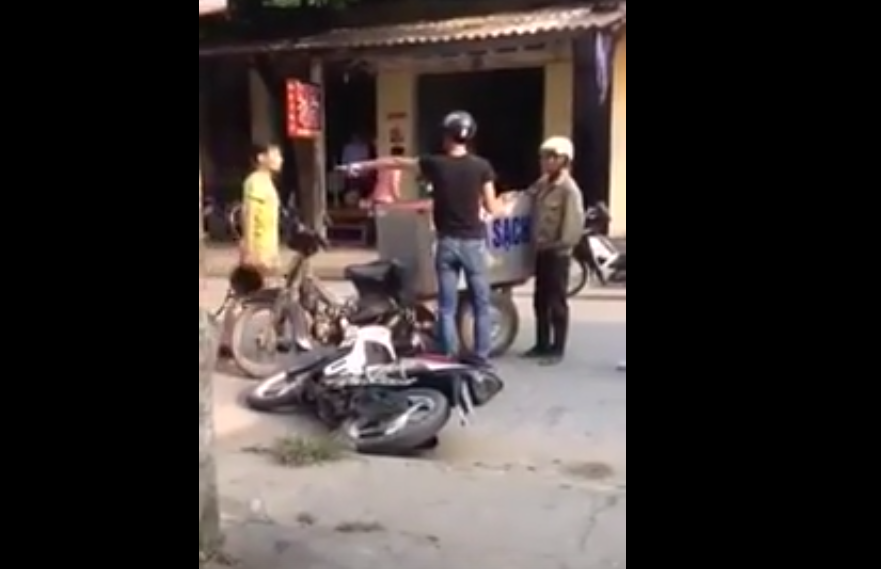 Clip Nam thanh nien chay Exciter phan ung khong hay doi voi nguoi gia