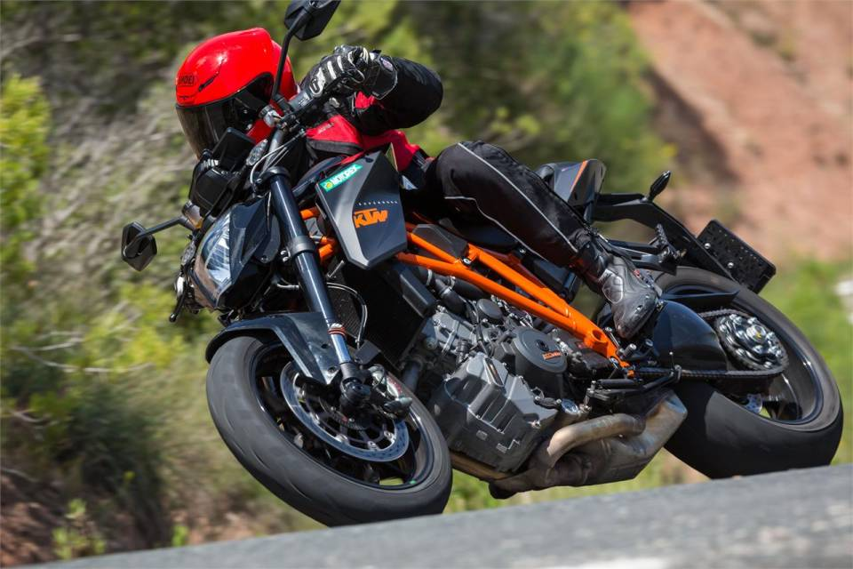 Ke tam lanh nguoi nua can KTM Duke Super 1290 R vs Ducati Monster 1200S - 4