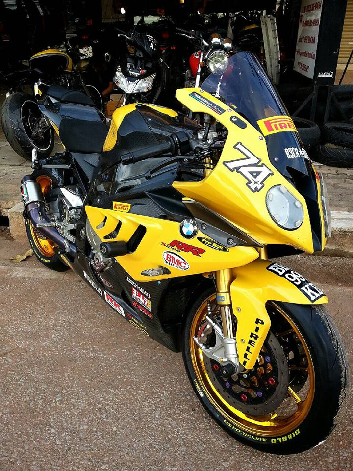 BMW S1000RR do mau vang doc cung dan option day hang hieu