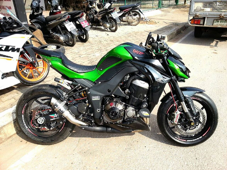 Kawasaki Z1000 do hap dan voi nhieu do choi hang hieu