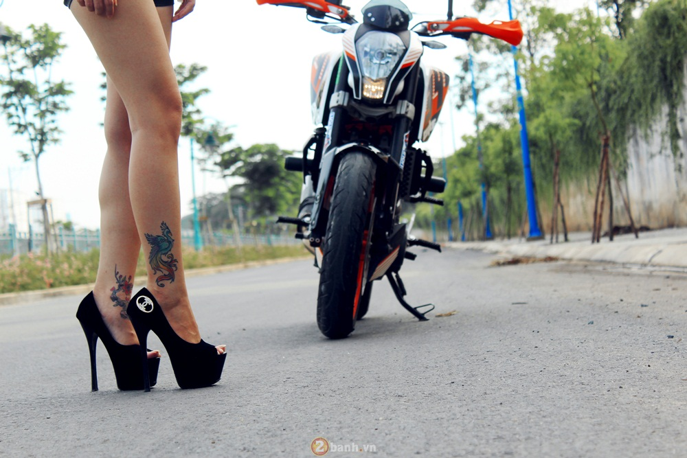 KTM Duke 390 tu tin do dang cung hot girl - 2