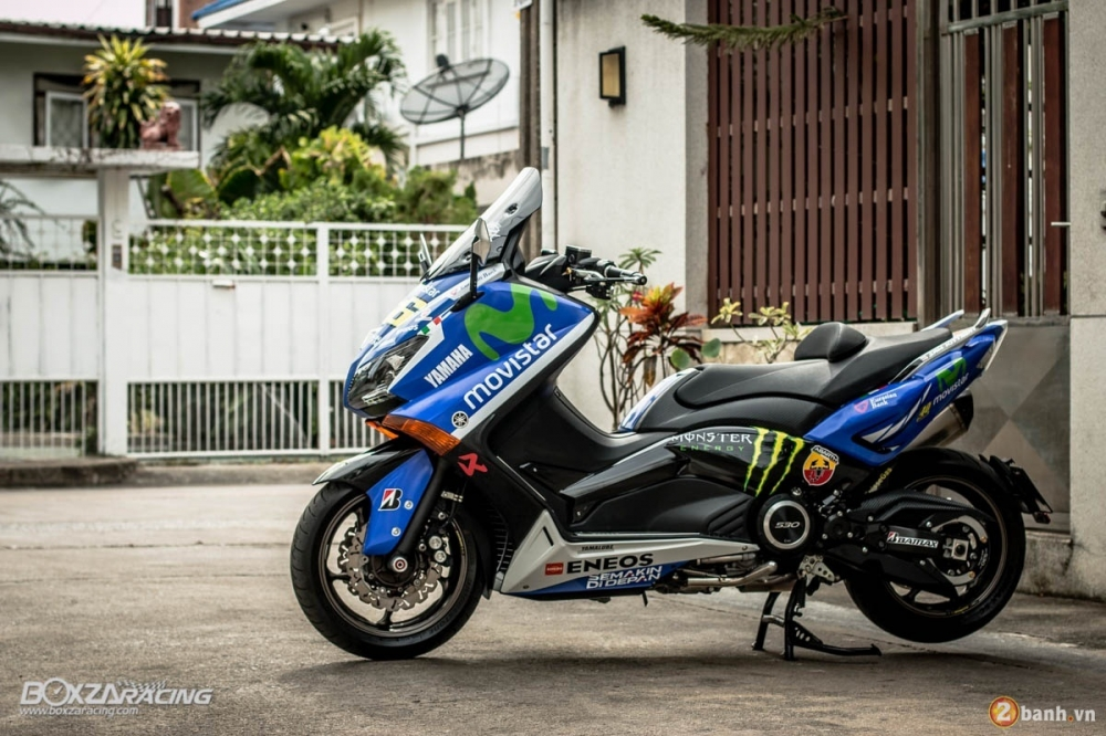 Yamaha TMax dam chat the thao trong bo canh Movistar