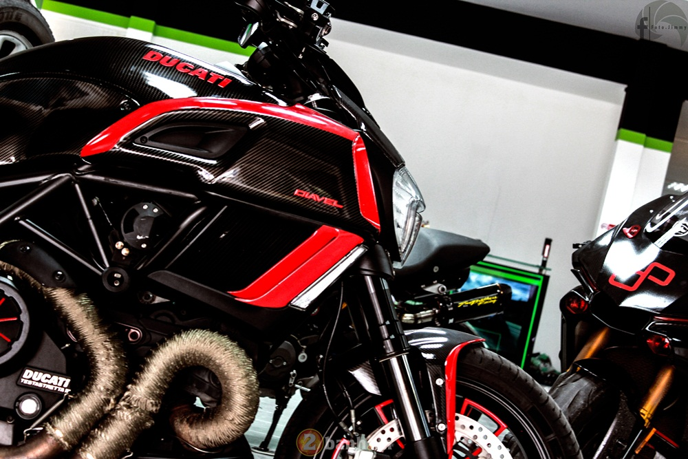 Ducati Diavel phien ban Candy Red tu Showroom H2 Decal - 5