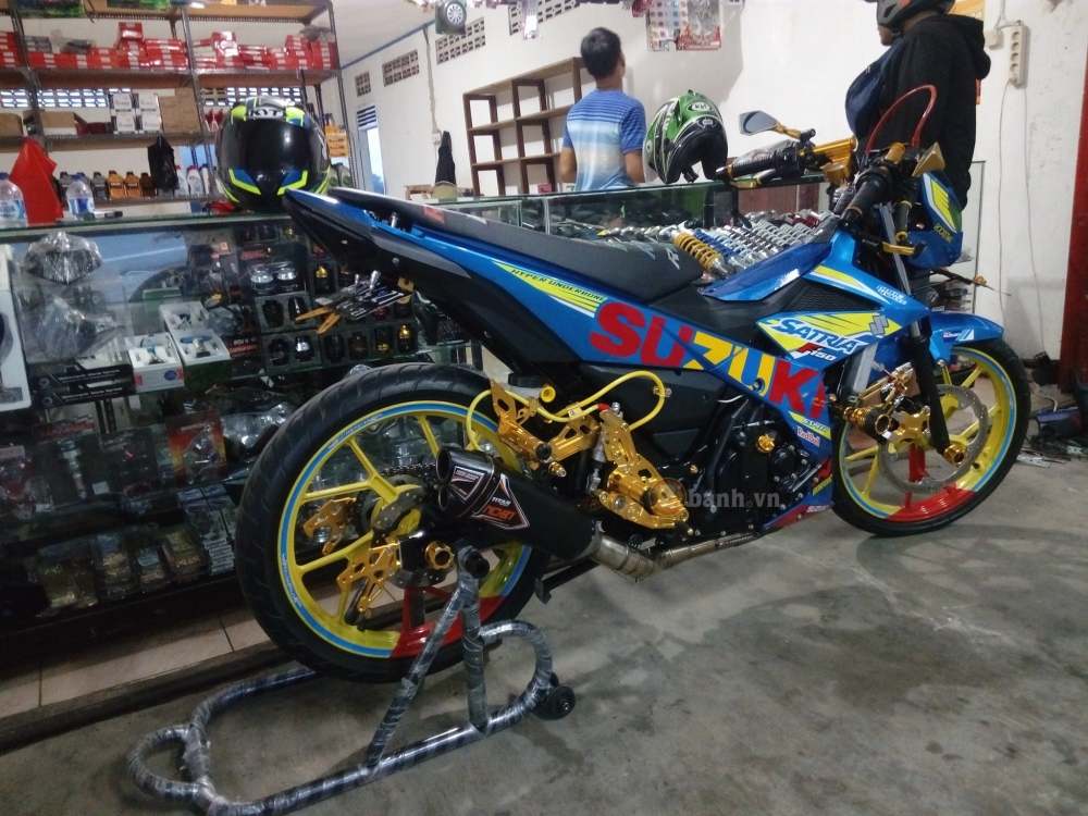 Satria F150 Fi do lung linh voi rat nhieu do choi chat - 4