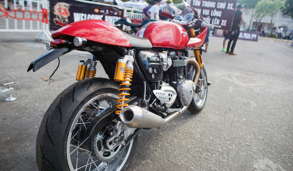 Triumph Thruxton R dam da trong ban do Cafe Racer chinh hang - 7