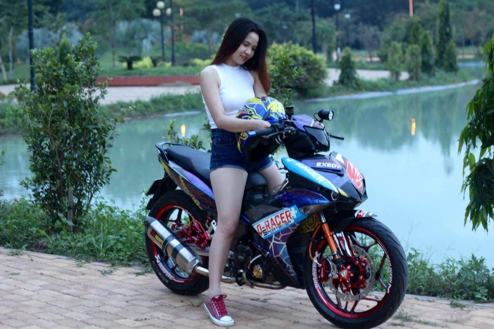 Vai hinh anh Hot Girl so dang cung Exciter 150 tem dau cuc chat - 3