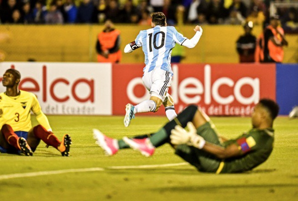 Messi lap hattrick Argentina gianh ve du World Cup an tuong - 2