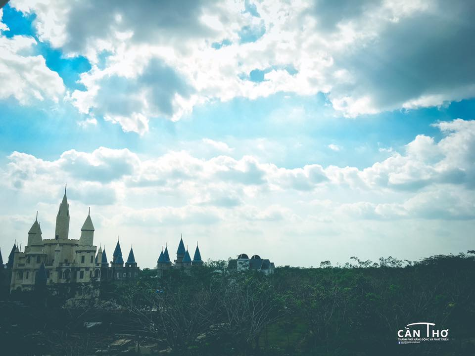 Ngoi truong phu thuy Hogwarts day ma mi trong phim Harry Potter chi cach Can Tho 10km - 10