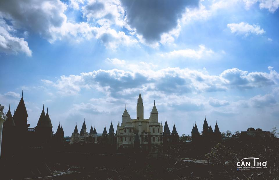 Ngoi truong phu thuy Hogwarts day ma mi trong phim Harry Potter chi cach Can Tho 10km - 12