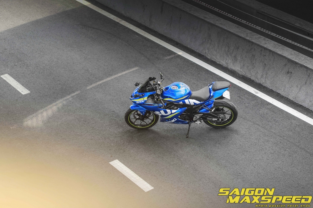 Suzuki GSX R150 do gay an tuong nguoi xem voi option do choi dang cap - 17