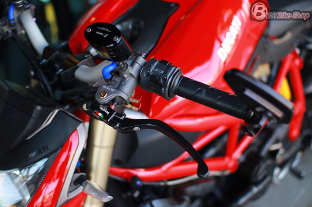 Ducati StreetFighter 848 do chat ngat voi dan option hang hieu - 5