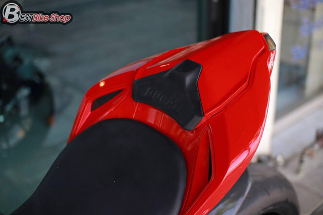 Ducati StreetFighter 848 do chat ngat voi dan option hang hieu - 9