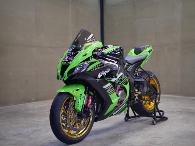 Kawasaki ZX10R bong bay voi dan do choi hang hieu - 3