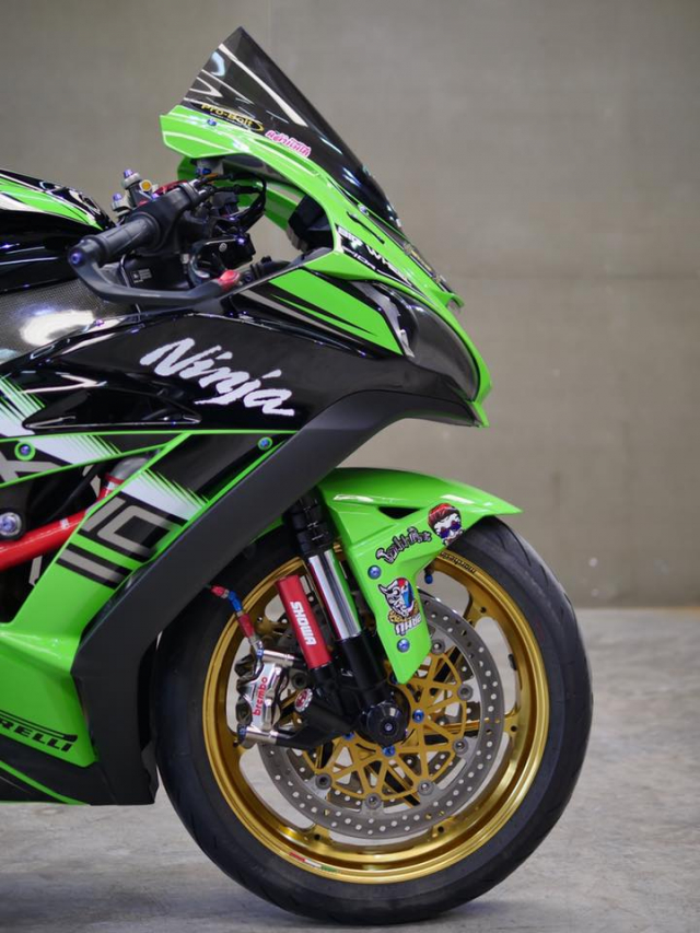 Kawasaki ZX10R bong bay voi dan do choi hang hieu - 7